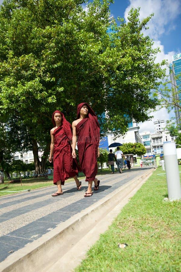 Монахи на саде Mahabandoola стоковые изображения rf