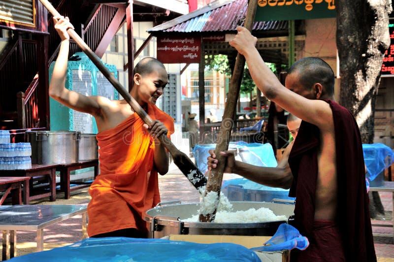 Монахи подготавливают съесть обед стоковое изображение rf