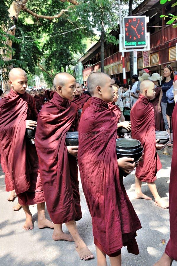 Монахи подготавливают съесть обед стоковые изображения rf