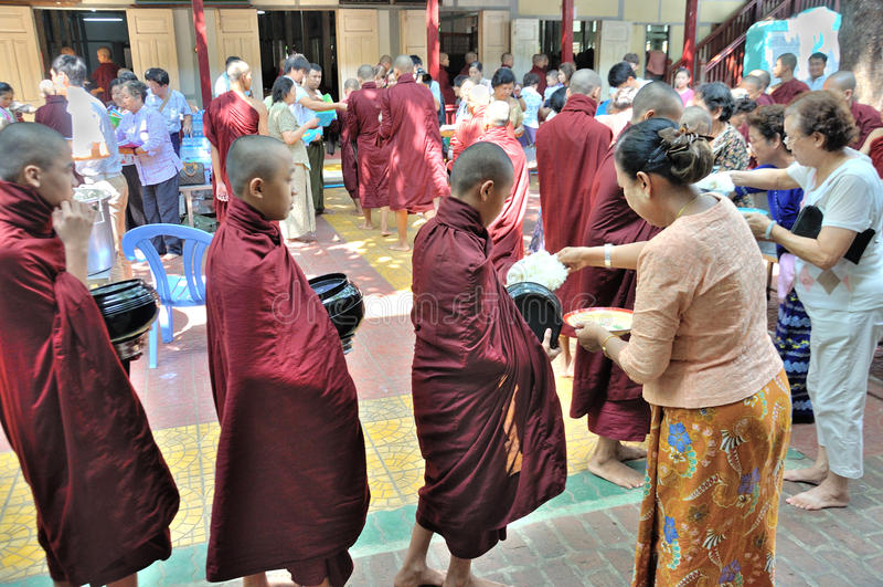 Монахи подготавливают съесть обед стоковое фото rf
