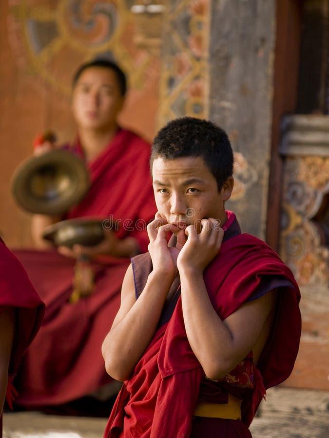 монахи празднества jakar репетируя tsechu стоковые фото