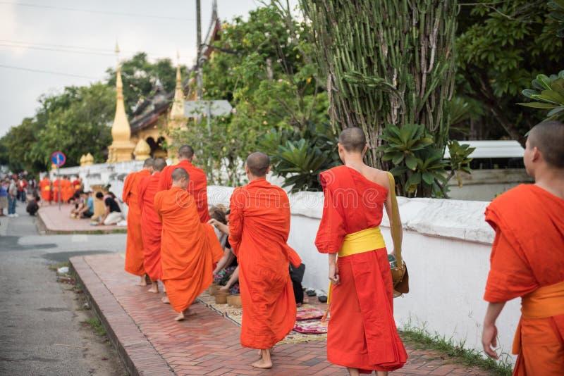 Монахи ремня Wat Xieng стоковые фото