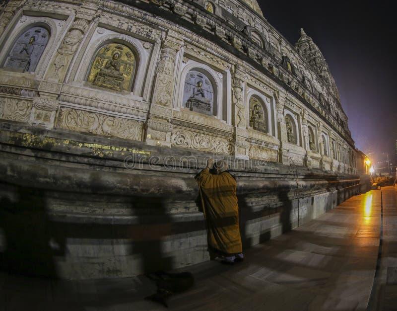 Монах молитве на виске Mahabodhi, районе Bodh Gaya, Бихаре стоковые фотографии rf