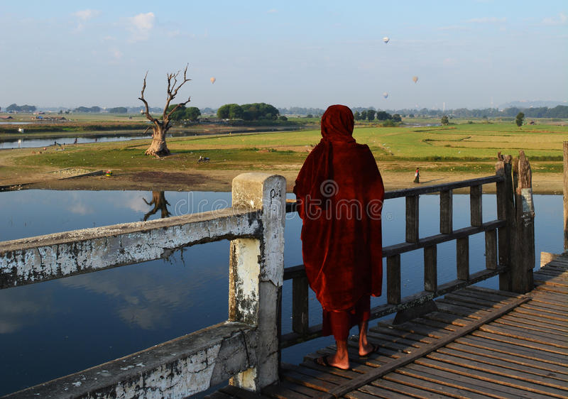 Монах на мосте Ubien, Мьянме стоковая фотография rf
