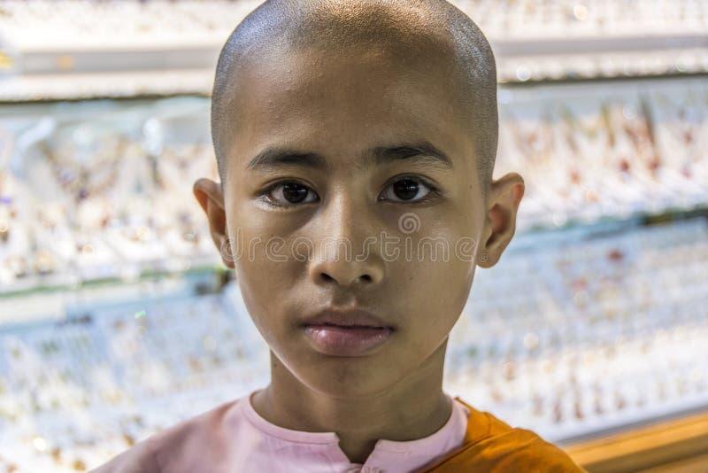 Монах послушника в известной школе монастыря Shwe Yan Pyay стоковые фотографии rf