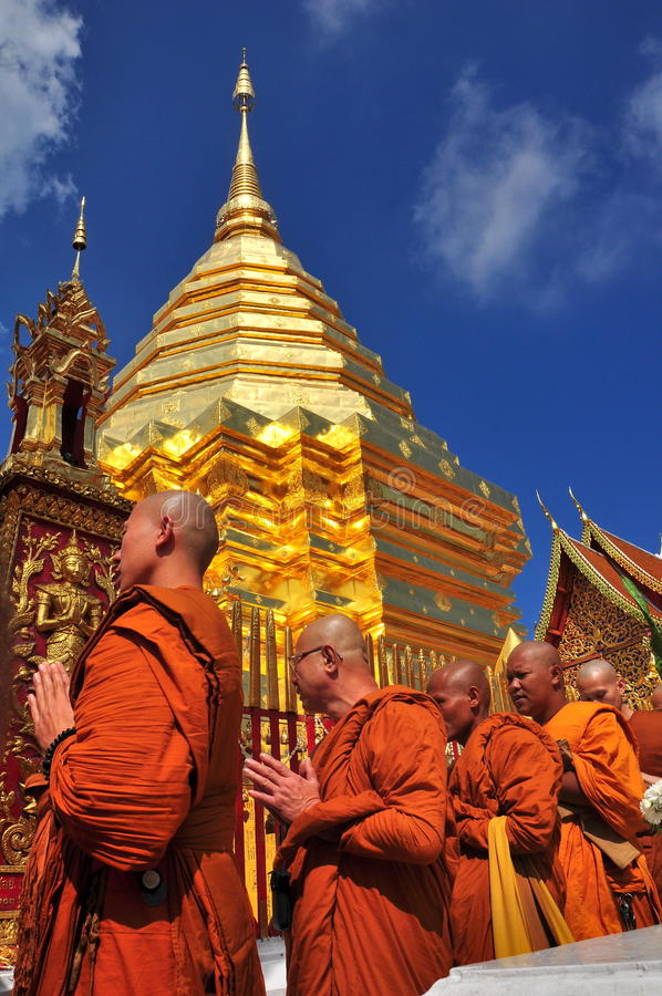 Chiang Mai, Таиланд: Монах на Wat Doi Suthep стоковые изображения rf
