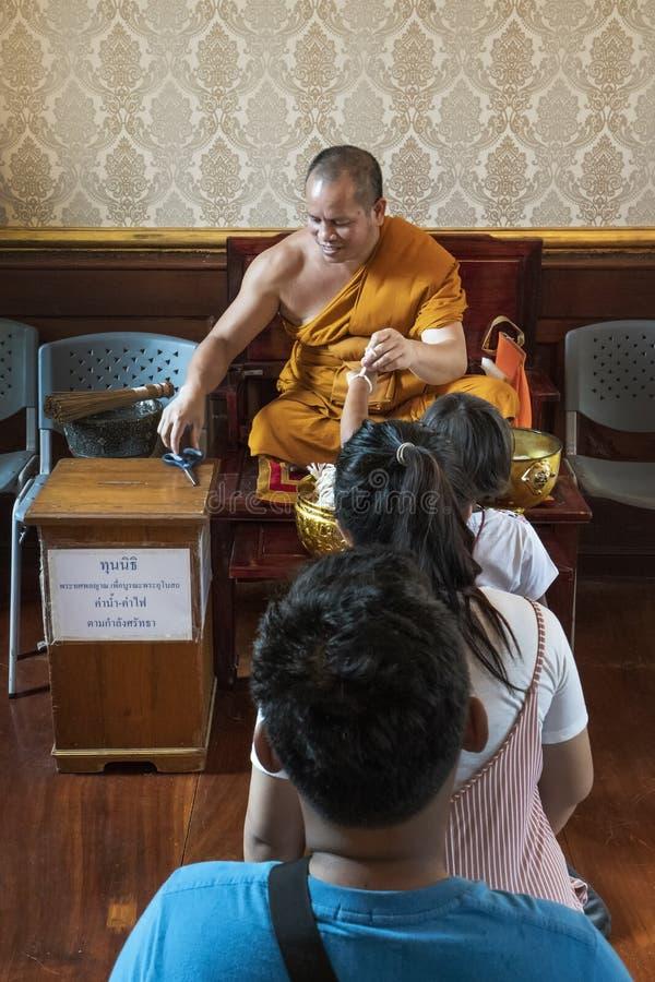 Монах с некоторым верным в виске стоковое изображение