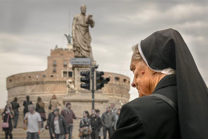 Монашка в Риме Италии стоковые фото