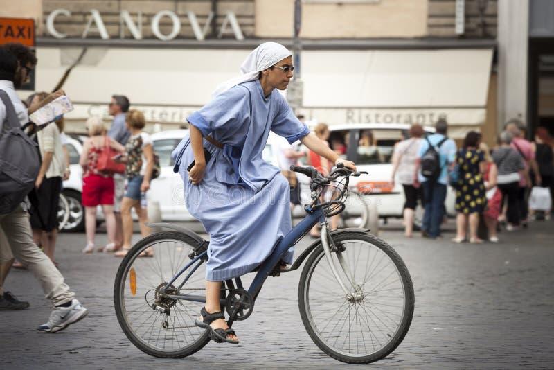 Монашка сестры задействуя в городах На велосипеде стоковые фотографии rf