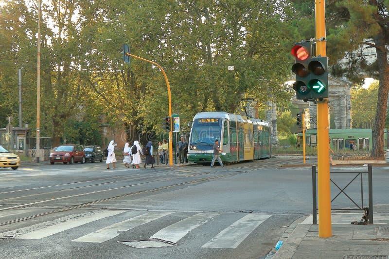 Монашки на трамвайной остановке в раннем утре Италия rome стоковое изображение