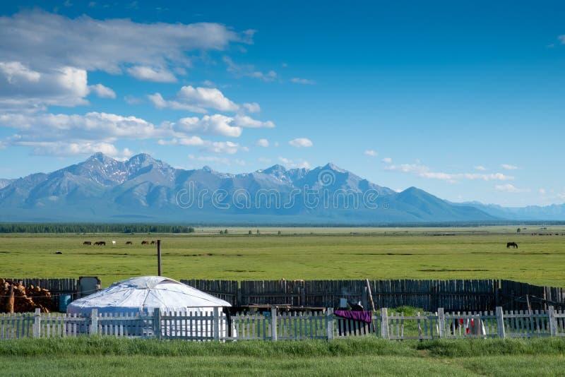 Монгол ger с горами стоковые изображения