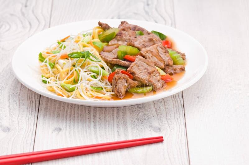 Монгольские лапши с говядиной стоковые изображения