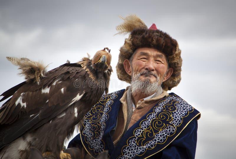 Монгольский охотник орла кочевника с его орлом стоковое изображение