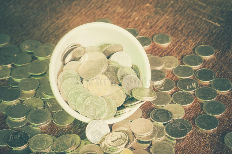 Монетка в чашке стоковое фото rf