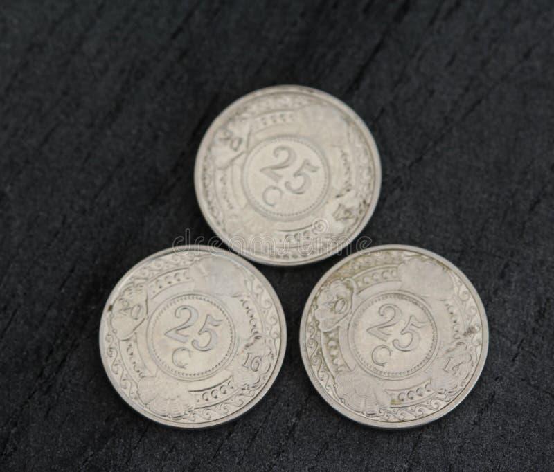 монетка гульдена Нидерланд цента 25 (двадцать пять) Antillean на черной предпосылке стоковые фотографии rf