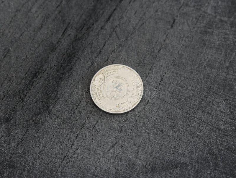 монетка гульдена Нидерланд цента 25 (двадцать пять) Antillean на черной предпосылке стоковое изображение