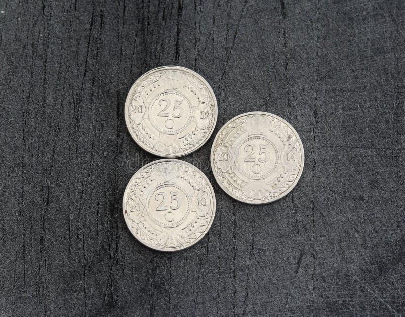 монетка гульдена Нидерланд цента 25 (двадцать пять) Antillean на черной предпосылке стоковые изображения rf