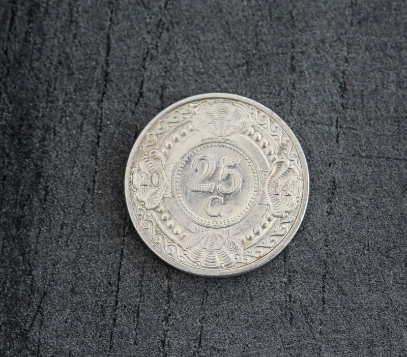 монетка гульдена Нидерланд цента 25 (двадцать пять) Antillean на черной предпосылке стоковая фотография