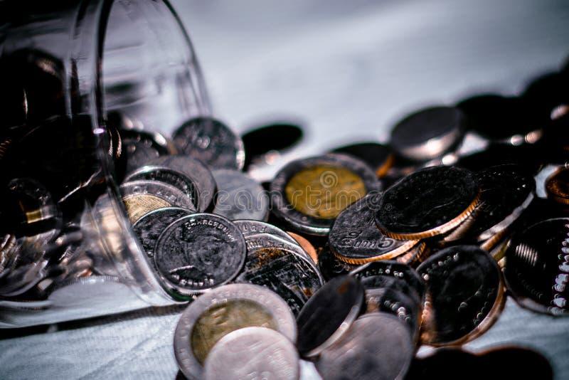 Монетка денег в копилке стоковые фото