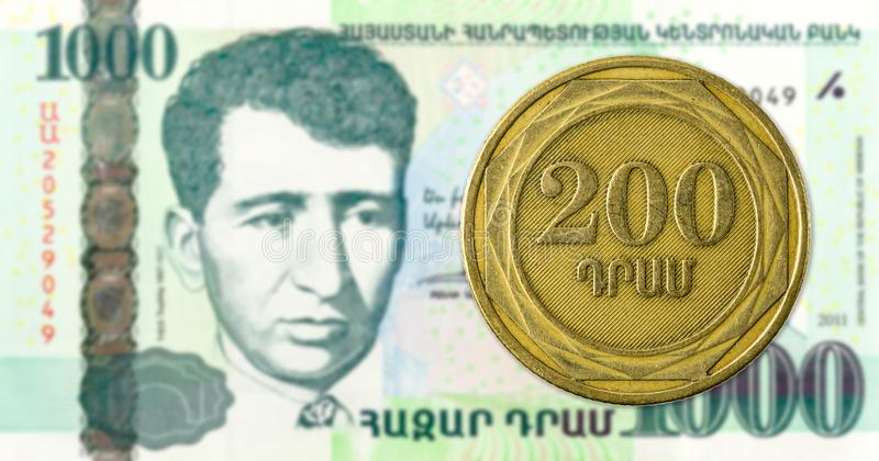 монетка драхмы 200 армянках против банкноты драхмы 1000 армянках стоковые изображения rf