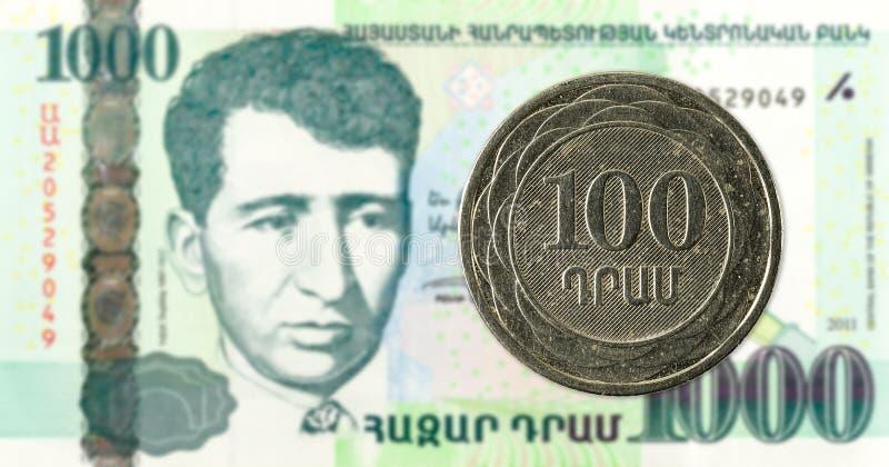 монетка драхмы 100 армянках против банкноты драхмы 1000 армянках стоковое изображение