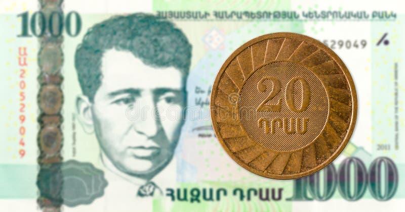 монетка драхмы 20 армянках против банкноты драхмы 1000 армянках стоковые изображения