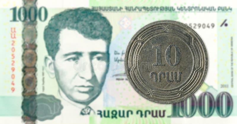 монетка драхмы 10 армянках против банкноты драхмы 1000 армянках стоковые изображения rf