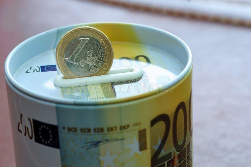 Монетка евро на банке денег безопасном для вклада Защита ваше ребро стоковые фотографии rf