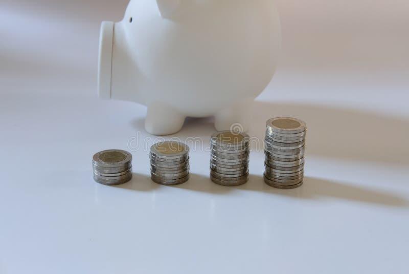 монетка & копилка сбережения денег, концепция депозита наличных денег стоковые фото