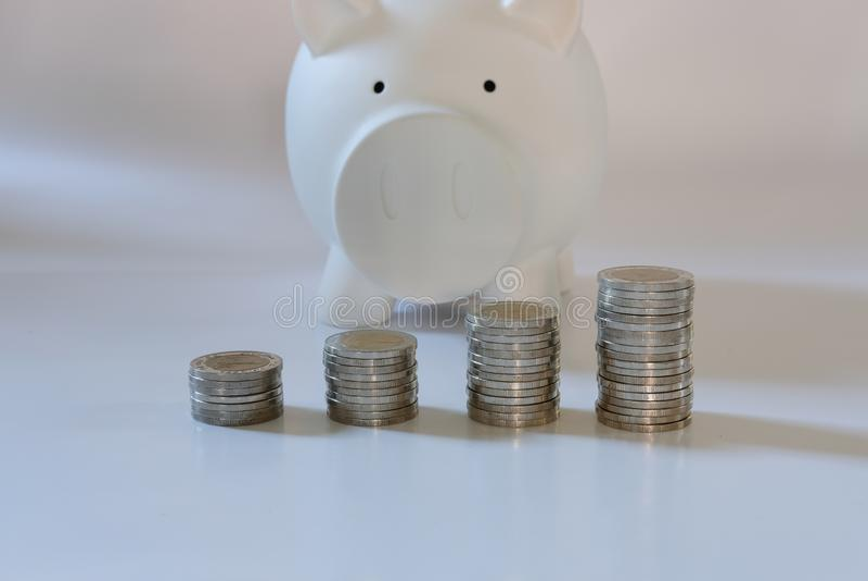 монетка & копилка сбережения денег, концепция депозита наличных денег стоковые изображения