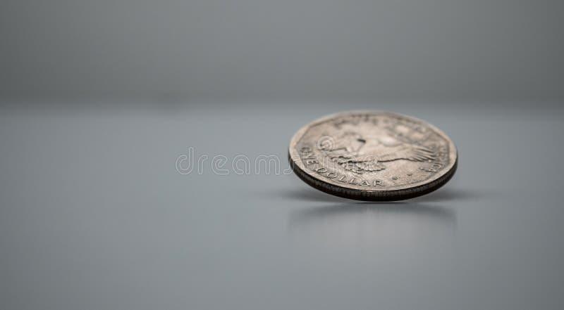 Монетка на крае, закручивая монетка, который доллара замерли в движении стоковое изображение rf