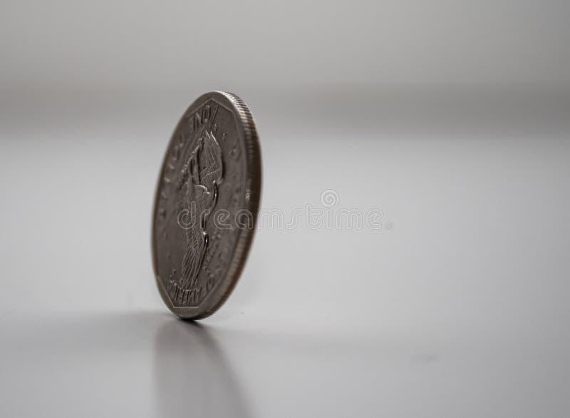 Монетка на крае, закручивая монетка, который доллара замерли в движении стоковые фотографии rf
