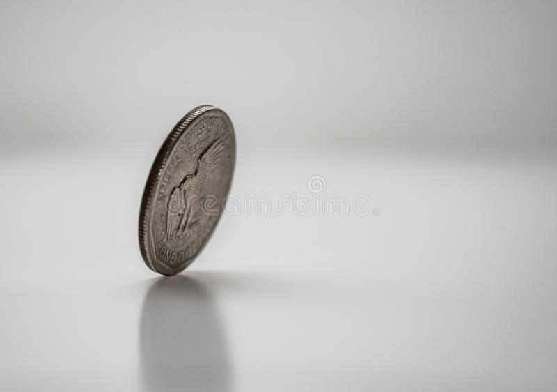 Монетка на крае, закручивая монетка, который доллара замерли в движении стоковые изображения