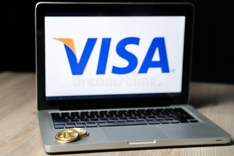 Монетка с логотипом визы на экране ноутбука, Словения - 23-ье декабря 2018 Bitcoin стоковые фотографии rf