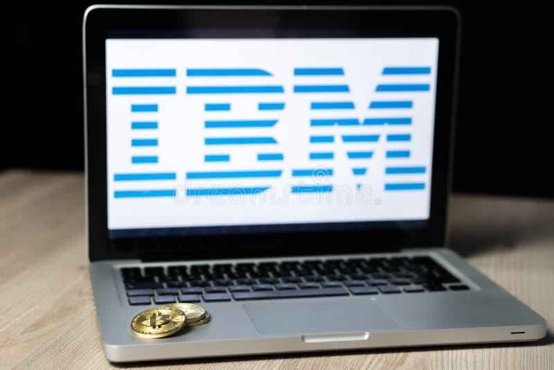Монетка с логотипом IBM на экране ноутбука, Словения - 23-ье декабря 2018 Bitcoin стоковая фотография