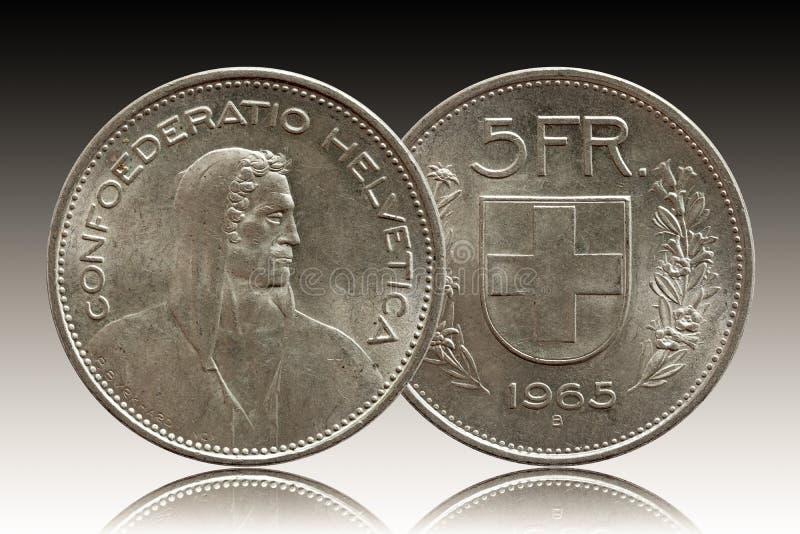 Монетка 5 Швейцарии швейцарская 5 серебряных франка 1965 изолированных на предпосылке градиента стоковое изображение
