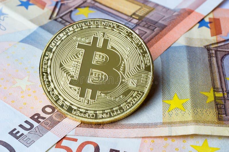 Монетка Bitcoin на деньгах евро стоковая фотография