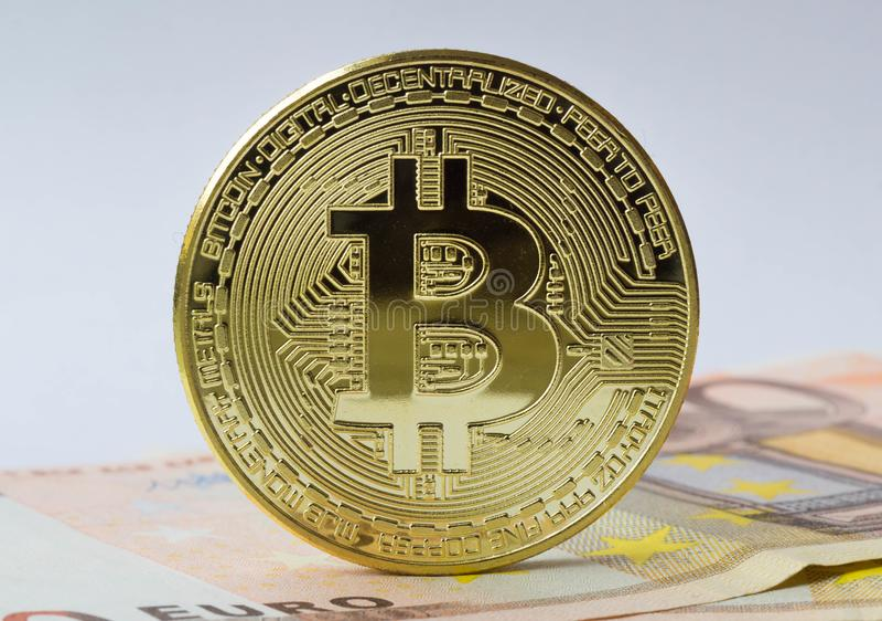 Монетка Bitcoin на деньгах евро стоковое изображение rf