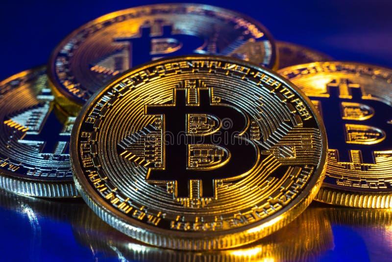 Монетка bitcoin Cryptocurrency физическая золотая на красочной предпосылке стоковые фото