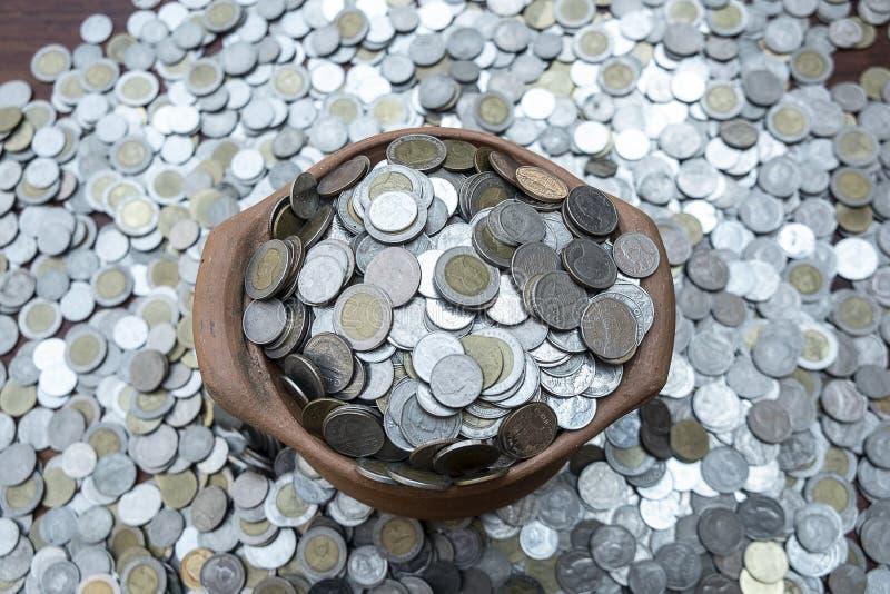 Монетки взгляда сверху в опарнике на куче монеток серий с текстурой предпосылки, стоге денег для вклада планирования бизнеса и сб стоковые изображения rf