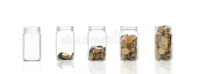 Монетки в бутылке, представляют финансовый рост Больше денег вы сохраняете, больше вы получите стоковое фото rf