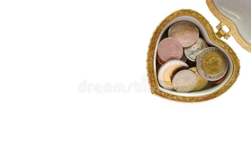 Монетки в коробке сердца, тайских деньгах валюты на белой предпосылке стоковое фото