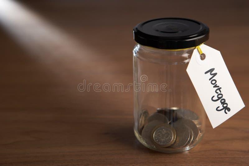 Монетки в опарнике варенья стоковое изображение