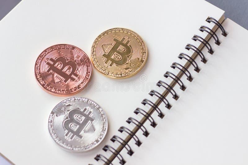 Монетки для сбережений и расплывчатая предпосылка, экономическая концепция для роста, финансов дела, медали Таиланда стоковое изображение rf
