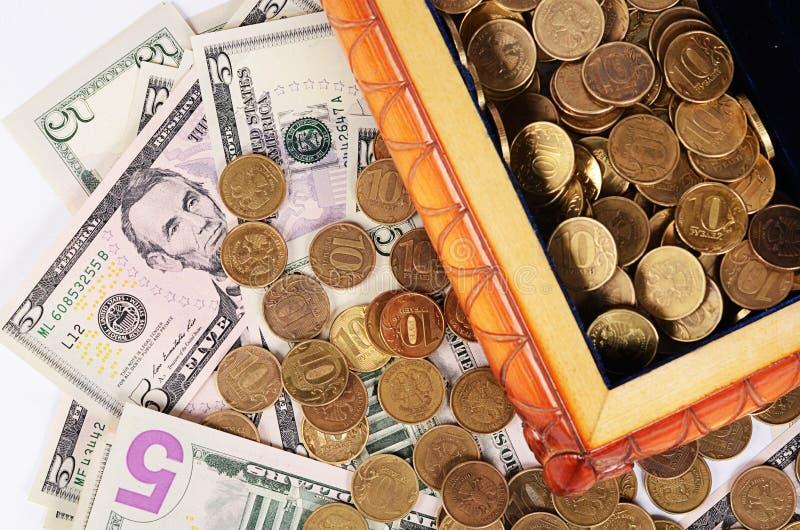 Монетки и банкноты в коробке стоковое фото rf