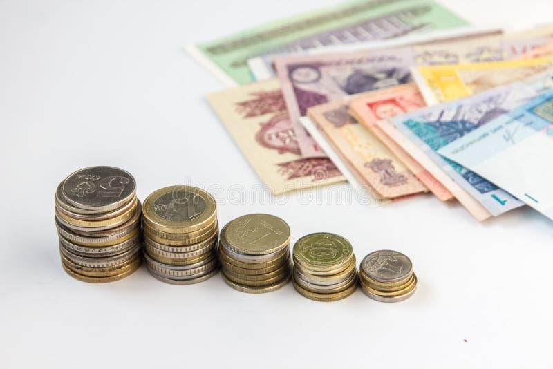 Монетки и банкноты денег от множественных стран стоковые фото
