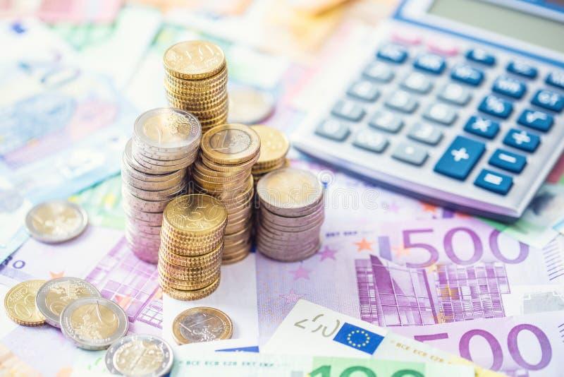 Монетки и банкноты евро конца-вверх с калькулятором стоковое изображение
