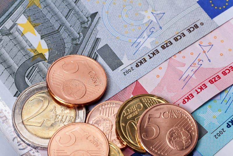 Монетки и кредитки евро стоковое изображение