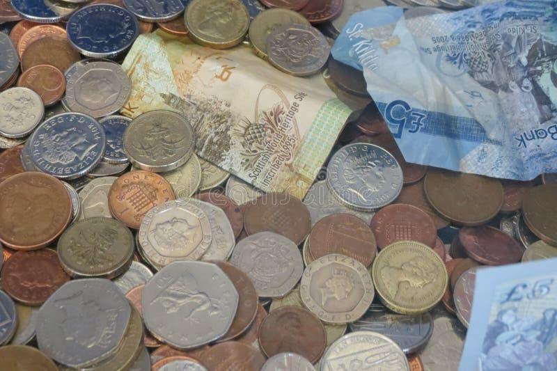 Монетки и примечания фунта стоковое изображение rf