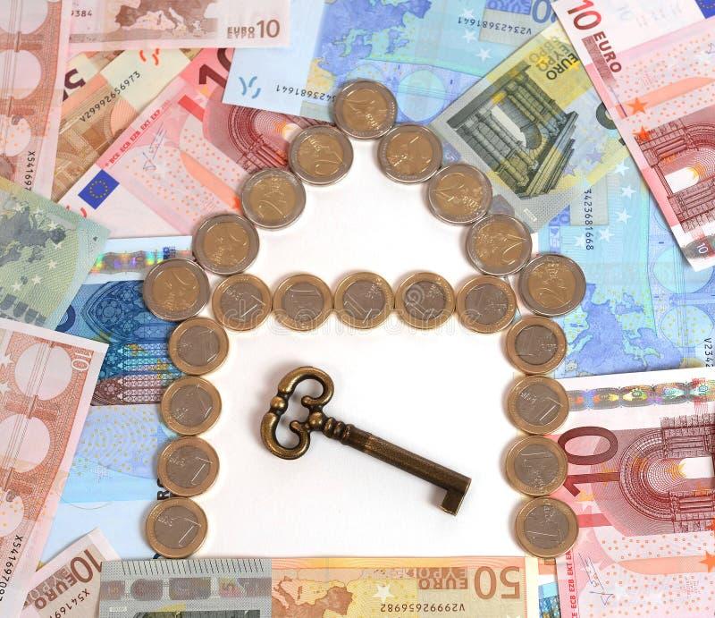 Монетки и реальное состояние банкнот с ключом стоковое изображение rf